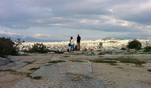 Ζευγάρι στην Πνύκα (Φιλοπάππου) κοιτάζει την Αθήνα από ψηλά.